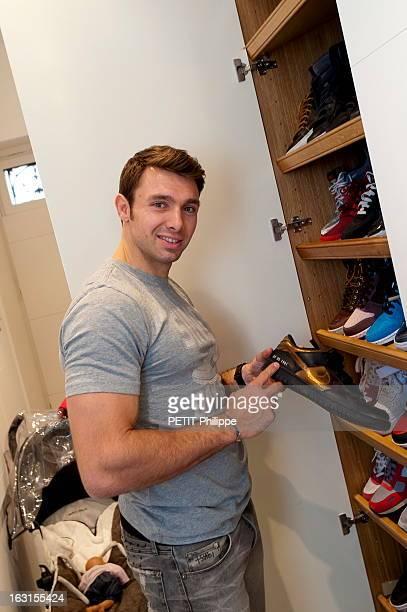 Rendezvous With Vincent Clerc Le rugbyman Vincent CLERC devant son placard à chaussures contenant de nombreuses baskets en montrant une avec la date...