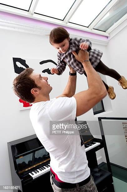 Rendezvous With Vincent Clerc Le rugbyman Vincent CLERC portant à bout de bras sa fille Eloïse chez lui à TOULOUSE