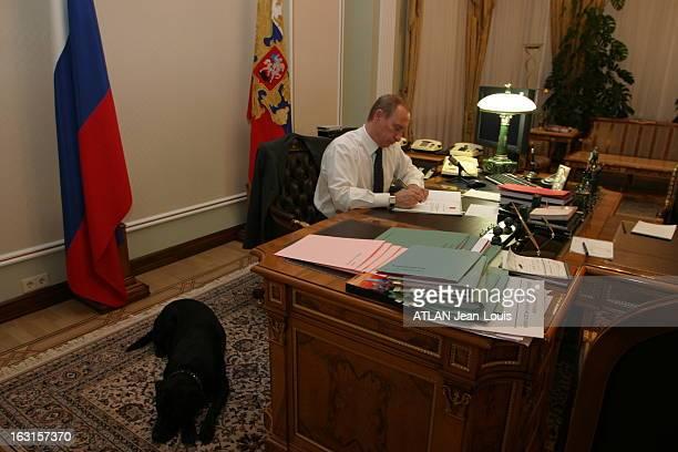Rendezvous With Vladimir Poutine On The Eve Of Presidential Elections Vladimir POUTINE travaillant dans le bureau de sa résidence de Novo Ogarovo...