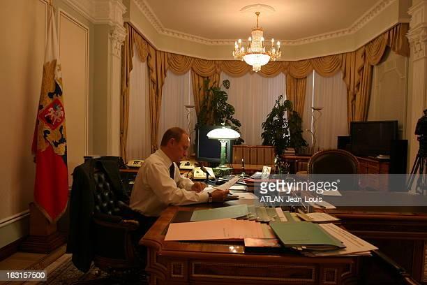 Rendezvous With Vladimir Poutine On The Eve Of Presidential Elections Plan de profil de Vladimir POUTINE travaillant dans le bureau de sa résidence...