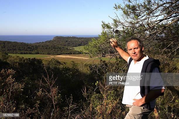 Rendezvous With Winemaker Richard Auther Attitude de Richard AUTHER dans le son domaine de La Courtade sur l'ile de Porquerolles