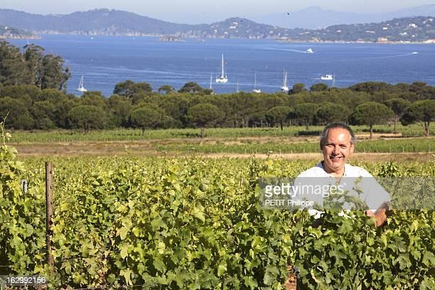 Rendezvous With Winemaker Richard Auther Attitude souriante de Richard AUTHER dans les vignes de son domaine de La Courtade sur l'ile de Porquerolles