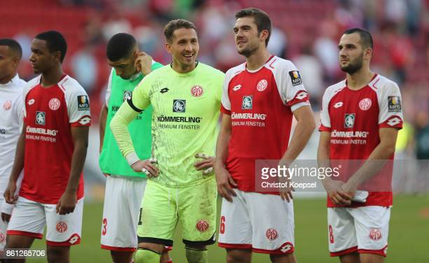 Rene Adler of Mainz cleebrates with bhis team after the Bundesliga match between 1 FSV Mainz 05 and Hamburger SV at Opel Arena on October 14 2017 in...