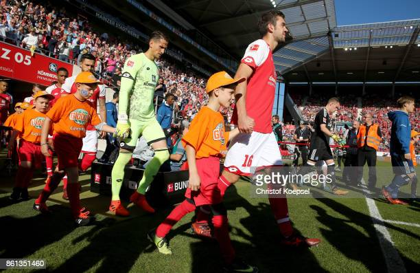 Rene Adler of Mainz enters the poitch during the Bundesliga match between 1 FSV Mainz 05 and Hamburger SV at Opel Arena on October 14 2017 in Mainz...