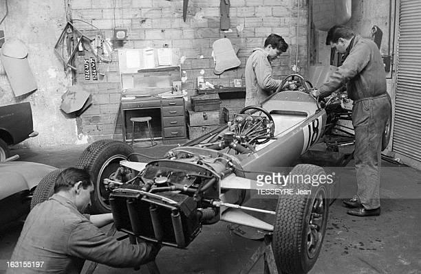 Rene Bonnet Car Manufacturer Prepares The OneSeater Car That Will Participate In The Grand Prix De Pau 1964 En France en avril 1964 Le pilote et...