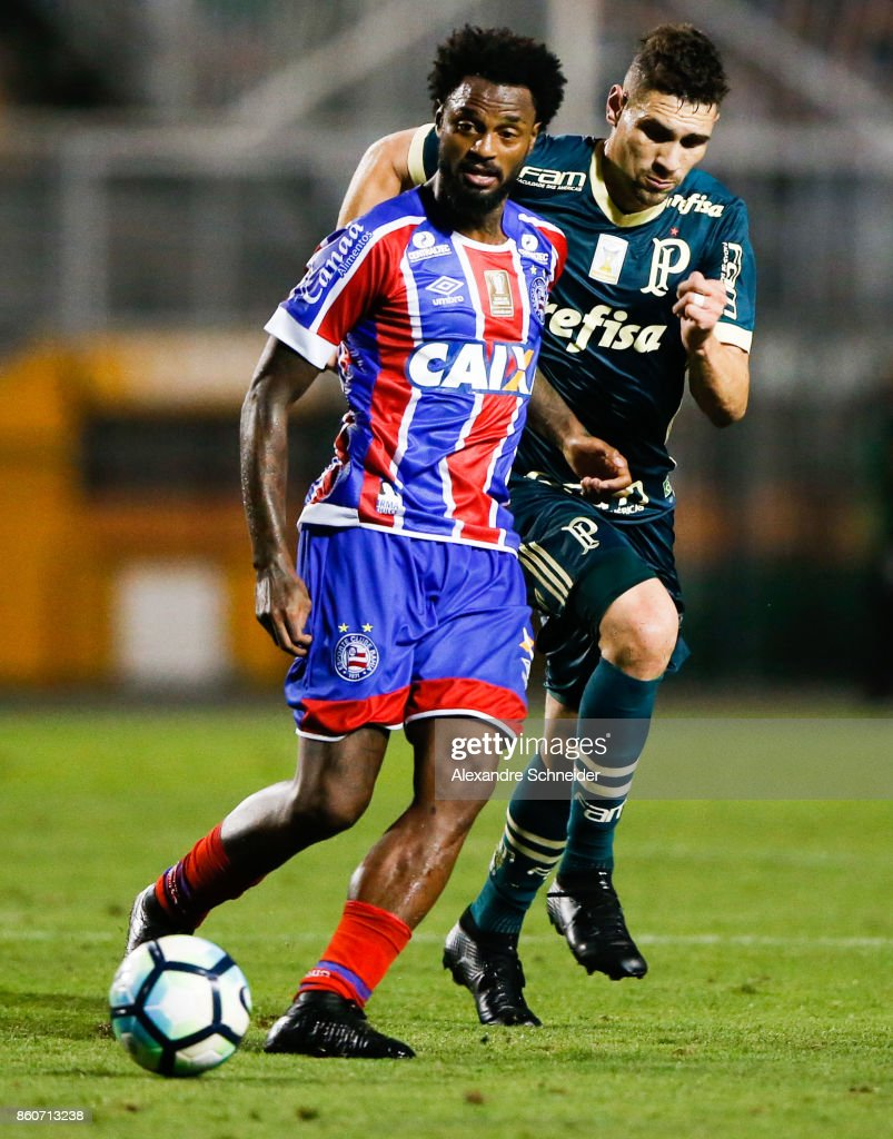 Rene Junior (L) of Bahia and Moises of Palmeiras in action during the match between Palmeiras v Bahia for the Brasileirao Series A 2017 at Pacaembu Stadium on October 12, 2017 in Sao Paulo, Brazil.