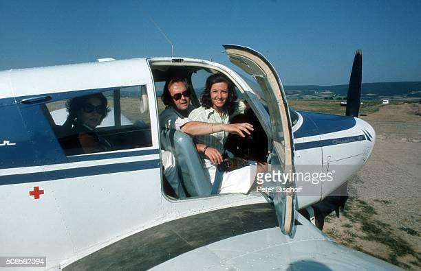 'Rene Kollo und Ehefrau Dorthe Kollo als HobbyPilot mit Kleinflugzeug Cessna am auf dem Flugplatz in Bayreuth Deutschland '