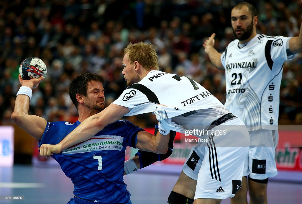 Rene Toft Hansen(R) of Kiel challenges for the ball with <a gi-track='captionPersonalityLinkClicked' href=/galleries/search?phrase=Matthias+Flohr&family=editorial&specificpeople=626656 ng-click='$event.stopPropagation()'>Matthias Flohr</a> of HSV Handball during the DKB HBL Bundesliga match between THW Kiel and HSV Handball at Sparkassen Arena on November 15, 2015 in Kiel, Germany.