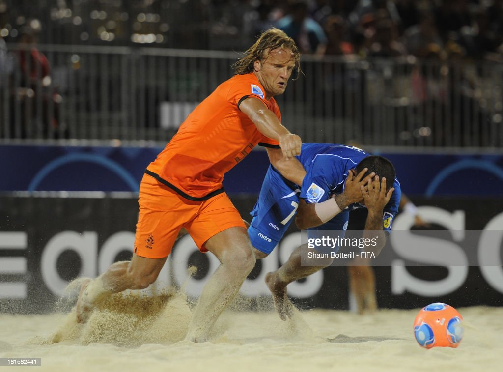 Rene Van Dieren of Netherlands challenges Walter Torres of El Salvador during the FIFA Beach Soccer World Cup Tahiti 2013 Group B match between El Salvador and Netherlands at the Tahua To'ata stadium on September 21, 2013 in Papeete, French Polynesia.