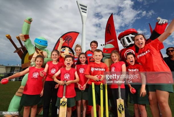 Renegades players Brad Hogg and Sophie Molineux pose with children and the Teenage Mutant Ninja Turtles during a Melbourne Renegades media...
