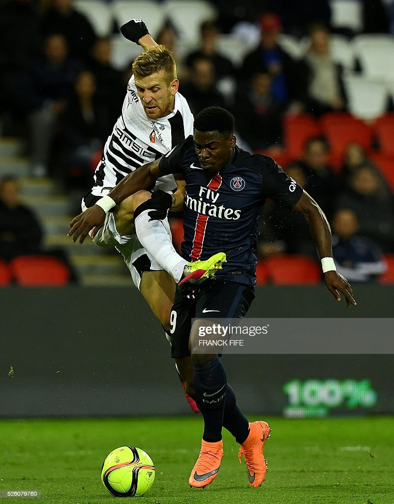 Rennes' Brazilian forward Pedro Henrique (L) vies with Paris Saint-Germain's French defender Serge Aurier during the French L1 football match between Paris Saint-Germain and Rennes at the Parc des Princes stadium in Paris on April 30, 2016. / AFP / FRANCK