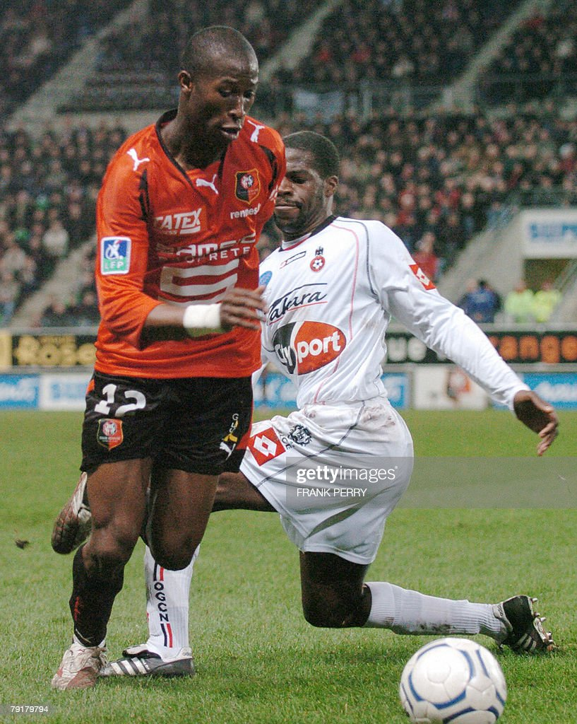 Rennes' defender Rod Fanni (L) vies with Nice's midfielder Ismael Gace (L) during their French League 1 Football match Rennes vs Nice, played 23 January 2008, in Rennes.