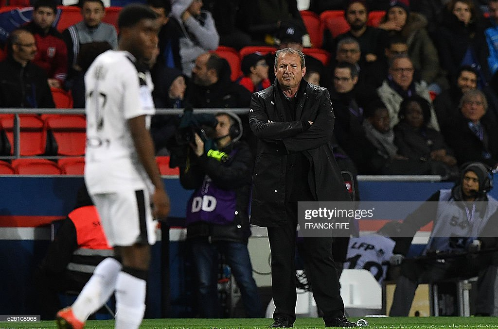 Rennes' French coach Rolland Courbis (R) looks at his players during the French L1 football match between Paris Saint-Germain and Rennes at the Parc des Princes stadium in Paris on April 30, 2016. / AFP / FRANCK