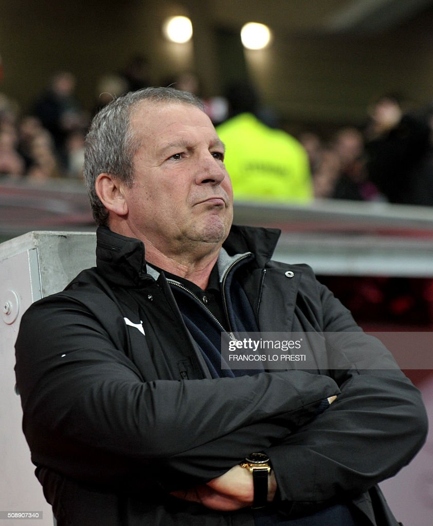 Rennes' French coach Rolland Courbis looks on during the French L1 football match between Lille (LOSC) and Rennes (SRFC) on February 7, 2016 at the Pierre-Mauroy stadium in Lille, northern France. AFP PHOTO / FRANCOIS LO PRESTI / AFP / FRANCOIS LO PRESTI