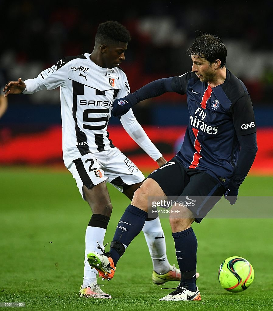 Rennes' French forward Ousmane Dembele (L) vies with Paris Saint-Germain's Brazilian defender Maxwell during the French L1 football match between Paris Saint-Germain and Rennes at the Parc des Princes stadium in Paris on April 30, 2016. / AFP / FRANCK