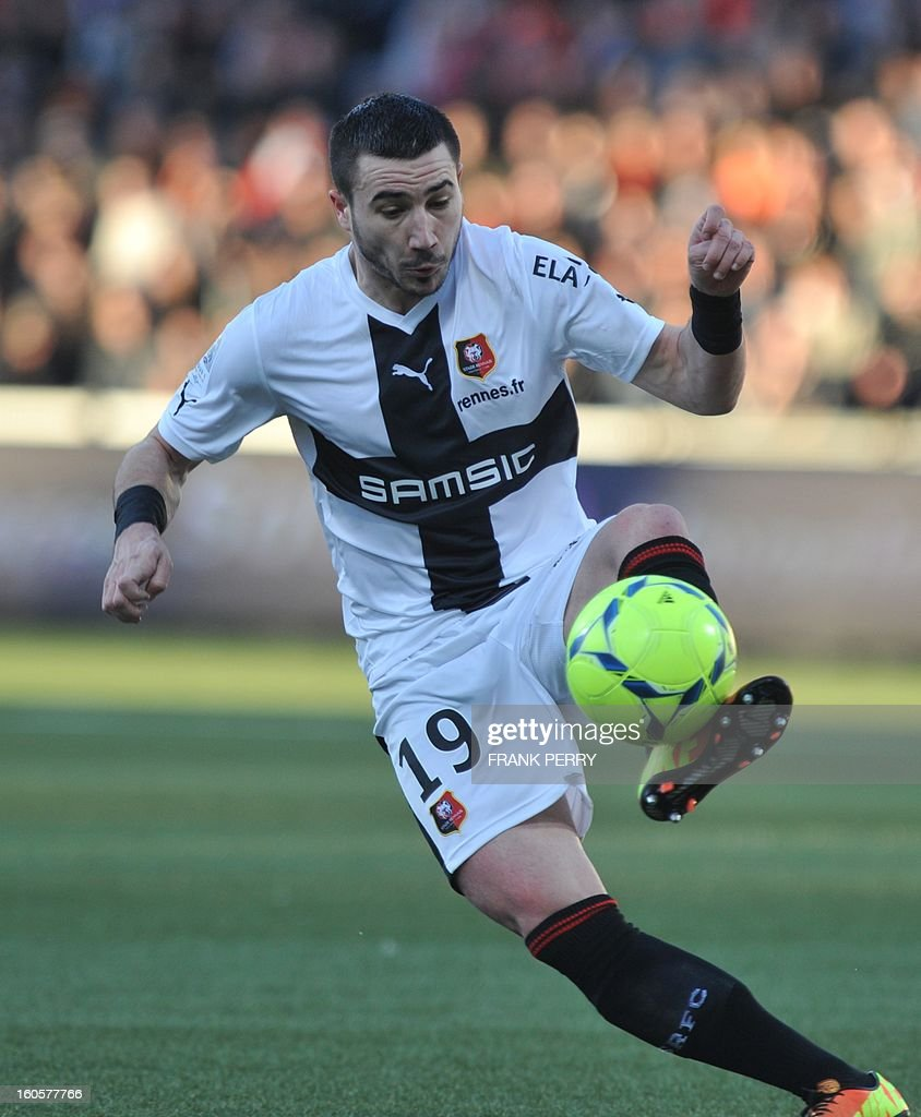 Rennes' French forward Romain Alessandrini controls the ball during the French L1 football match Lorient (FC) vs Rennes (Stade Rennais) on February 2, 2013 at the Moustoir Stadium in Lorient, western France. AFP PHOTO FRANK PERRY