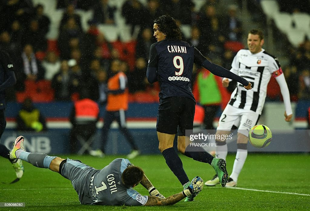 Rennes' French goalkeeper Benoit Costil (L) vies with Paris Saint-Germain's Uruguyan forward Edinson Cavani during the French L1 football match between Paris Saint-Germain and Rennes at the Parc des Princes stadium in Paris on April 30, 2016. / AFP / FRANCK
