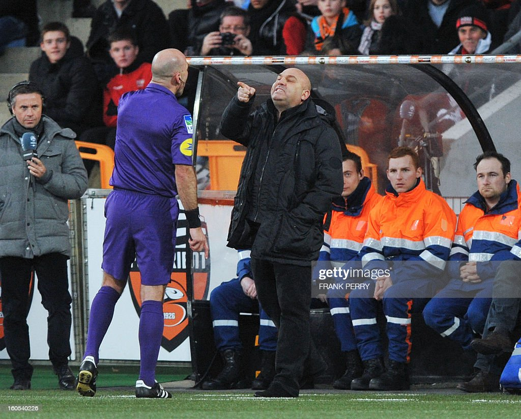 Rennes' French head coach Frederic Antonetti (R) argues with First referee Bartolomeu Varela (L) during the French L1 football match Lorient vs Rennes on February 2, 2013 at the Moustoir Stadium in Lorient, western France.