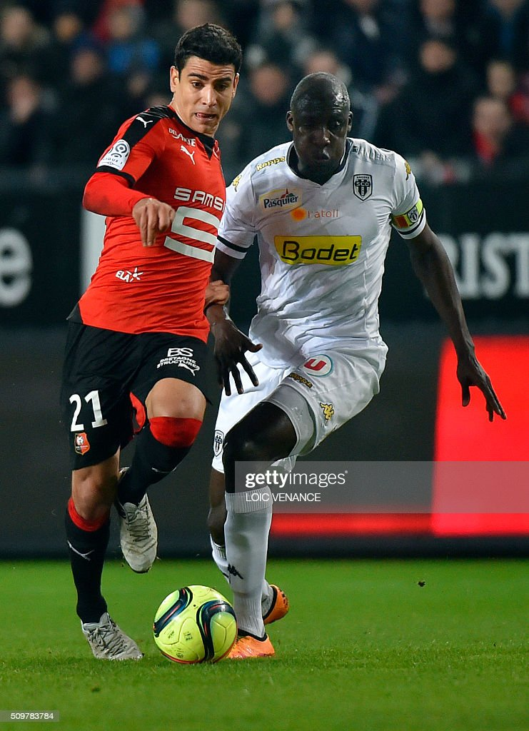 Rennes' French midfielder Benjamin Andre (L) fights for the ball with Angers' Senegalese midfielder Cheikh N'Doye (R) during the French L1 football match Rennes vs Angers at the Roazhon Park stadium on February 12, 2016 in Rennes, western France. AFP PHOTO / LOIC VENANCE / AFP / LOIC VENANCE