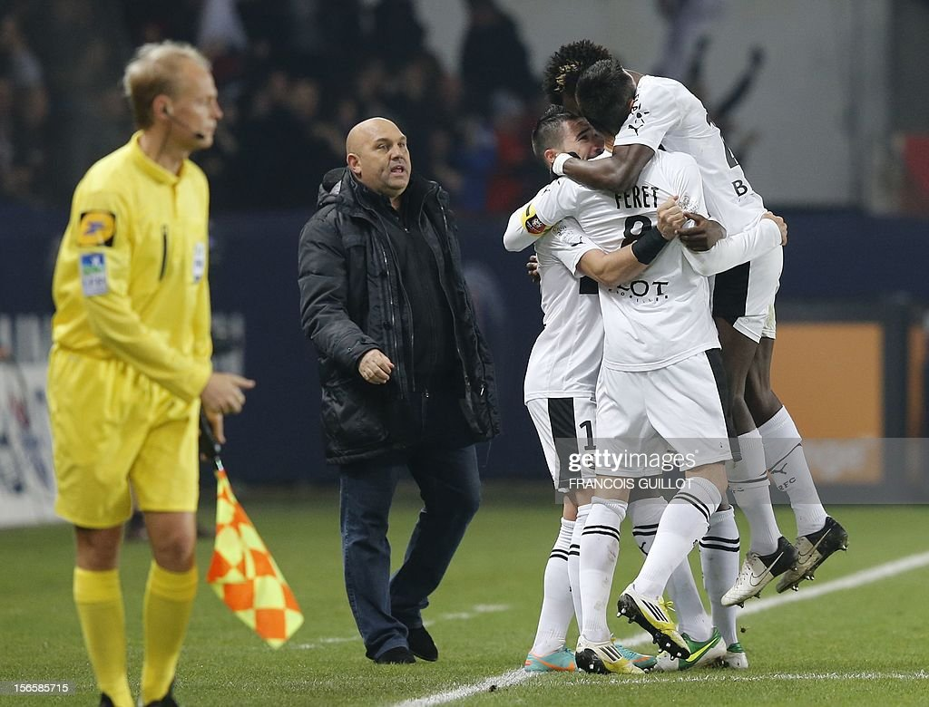 Rennes' French midfielder Julien Feret celebrates with teammates during the French Ligue 1 football match between Paris Saint-Germain (PSG) and Rennes (SRFC) on November 17, 2012, at the Parc des Princes stadium, in Paris.