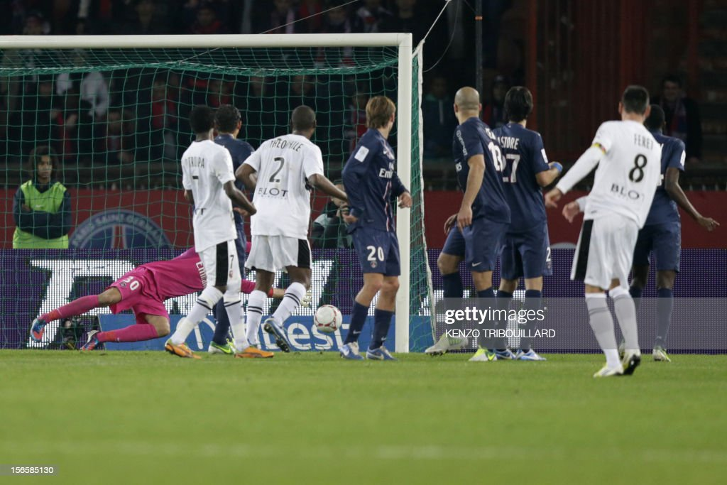 Rennes' French midfielder Julien Feret (R) scores a goal during the French Ligue 1 football match Paris Saint-Germain (PSG) vs Rennes (SRFC) on November 17, 2012 at the Parc des Princes stadium, in Paris.