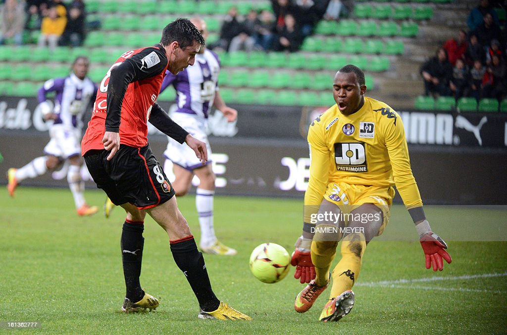 Rennes' French midfielder Julien Feret (L) tries to score in vain in front of Toulouse's French goalkeeper Ali Ahamada (R) during a French L1 football match between Rennes and Toulouse on February 10, 2013 at the route de Lorient stadium in Rennes, western France. AFP PHOTO / DAMIEN MEYER