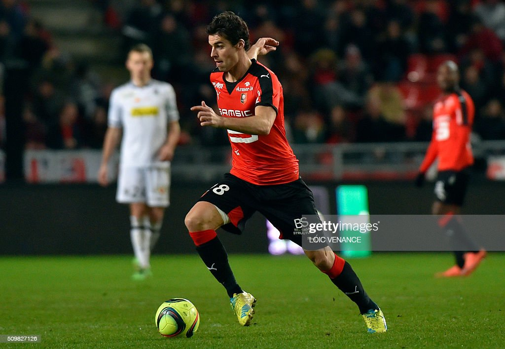 Rennes' French midfielder Yoann Gourcuff runs with the ball during the French L1 football match Rennes vs Angers at the Roazhon Park stadium on February 12, 2016 in Rennes, western France. AFP PHOTO / LOIC VENANCE / AFP / LOIC VENANCE