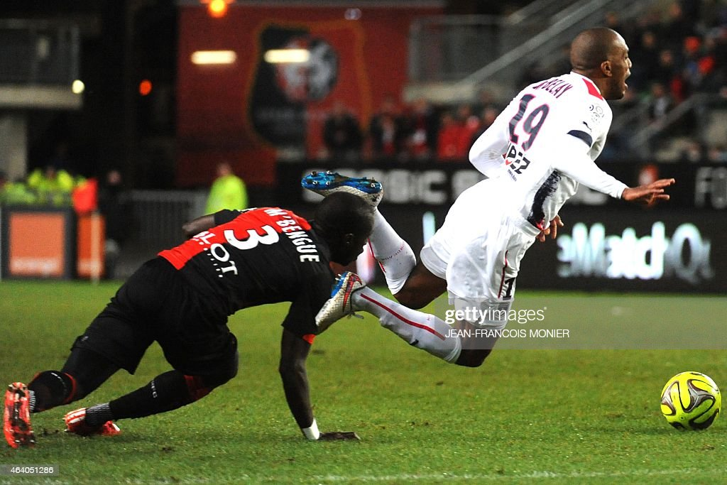 Rennes' French Senegalese defender Cheik Mbengue (L) vies for the ball with Bordeaux's French midfielder Nicolas Maurice Belay (R) during the French L1 football match between Rennes (Stade Rennais FC) and Bordeaux (FCGB) on February 21, 2015, at route de Lorient stadium in Rennes, western France. AFP PHOTO / JEAN-FRANCOIS MONIER