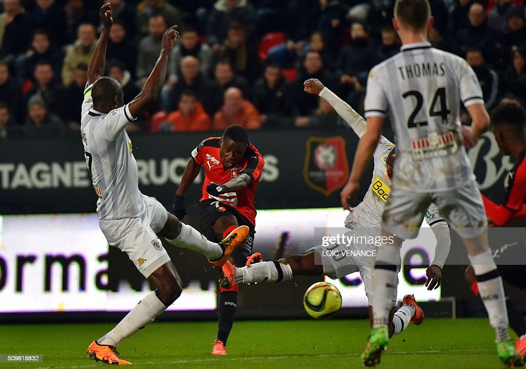 Rennes' French-Cameroonian forward Paul-Georges Ntep (C) kicks the ball during the French L1 football match Rennes vs Angers at the Roazhon Park stadium on February 12, 2016 in Rennes, western France. AFP PHOTO / LOIC VENANCE / AFP / LOIC VENANCE