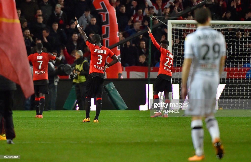 Rennes' players celebrate after winning the French L1 football match Rennes vs Angers at the Roazhon Park stadium on February 12, 2016 in Rennes, western France. AFP PHOTO / LOIC VENANCE / AFP / LOIC VENANCE