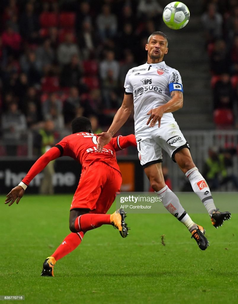 Rennes' Senegalese forward Ismaila Sarr (L) vies with Dijon's French defender Cedric Varrault during the French L1 football match Rennes vs Dijon at the Roazhon Park stadium in Rennes, western France, on August 19, 2017. /
