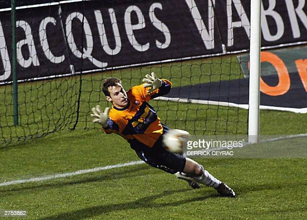Rennes's Czech goalkeeper Petr Cech tries to catch the ball during the French L1 soccer match against Bordeaux 22 November 2003 at ChabanDelmas...