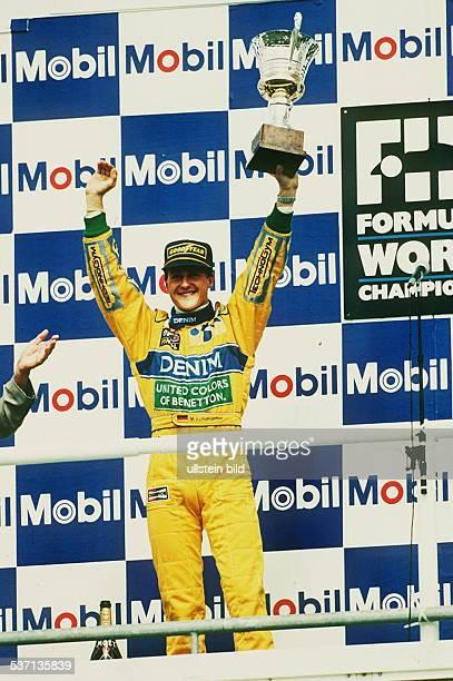 Rennfahrer Auto Formel 1 D mit Pokal nach dem Grossen Preis von Deutschland in Hockenheim 1993
