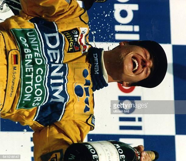1969 Rennfahrer Auto Formel 1 Djubelt über seinen 2 Platz inHockenheim mit einer ChampagnerflascheJuli 1993