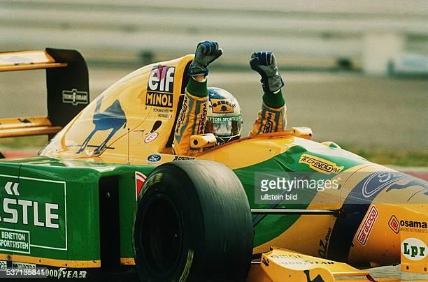 * Rennfahrer D in seinem Benetton Formel 1 Fahrzeug reisst die Arme hoch nach seinem Erfolg beim Grossen von Deutschland in Hockenheim 1993
