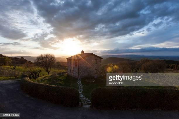 Rénovée vieille ferme au coucher du soleil en Toscane, Italie