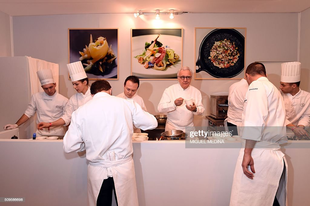 Renowned French chef Guy Alain Ducasse(C) poses with his team during the Taste of Paris, Festival of Chefs, at the Grand Palais in Paris on February 11, 2016. / AFP / MIGUEL MEDINA / AFP / MIGUEL MEDINA
