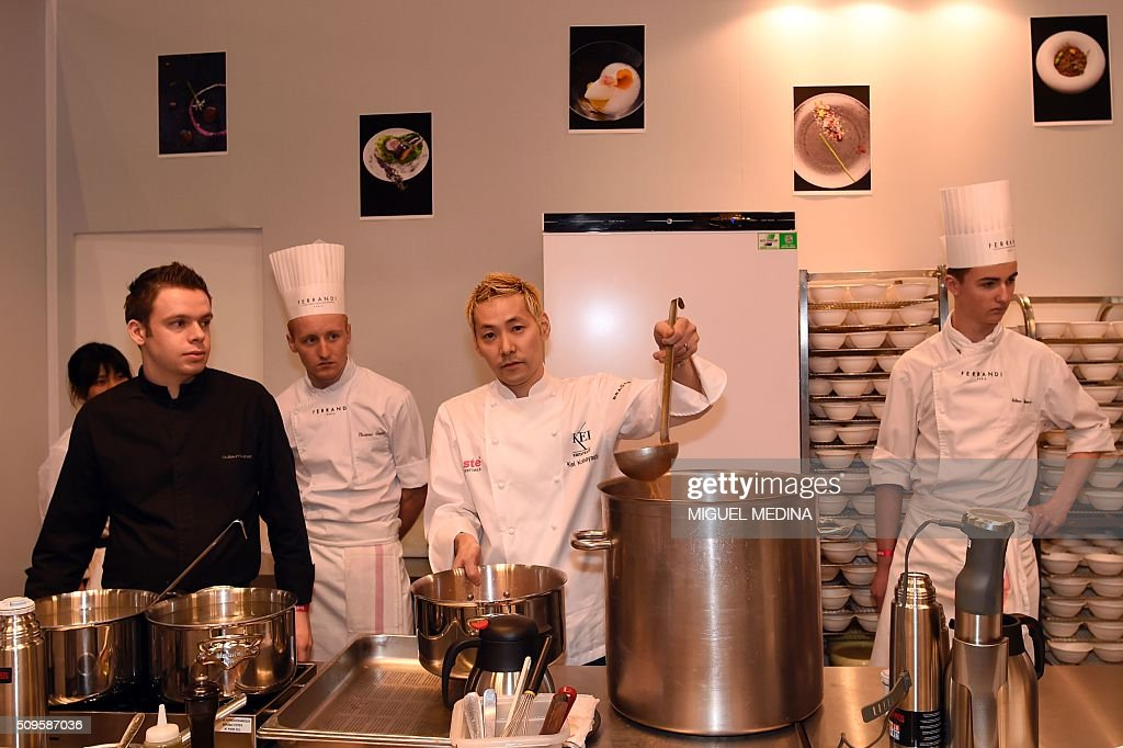 Renowned Japanese chef Kei Kobayashi (C) poses with his team during the Taste of Paris, Festival of Chefs, at the Grand Palais in Paris on February 11, 2016. AFP PHOTO / MIGUEL MEDINA / AFP / MIGUEL MEDINA