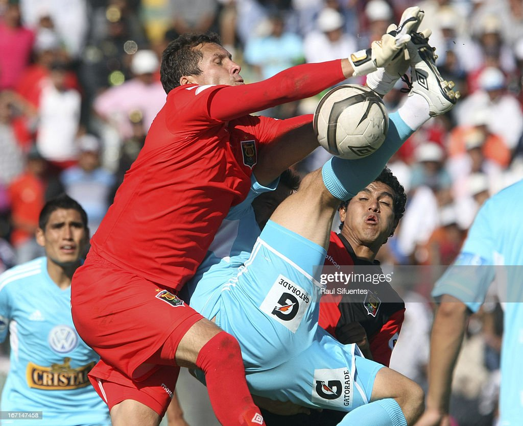 Renzo Revoredo (R) of Sporting Cristal fights for the ball with <a gi-track='captionPersonalityLinkClicked' href=/galleries/search?phrase=Leao+Butron&family=editorial&specificpeople=2211920 ng-click='$event.stopPropagation()'>Leao Butron</a> (L) of Melgar FC during a match between Sporting Cristal and Melgar FC as part of the Torneo Descentralizado 2013 at the Mariano Melgar Stadium on April 21, 2013 in Arequipa, Peru.