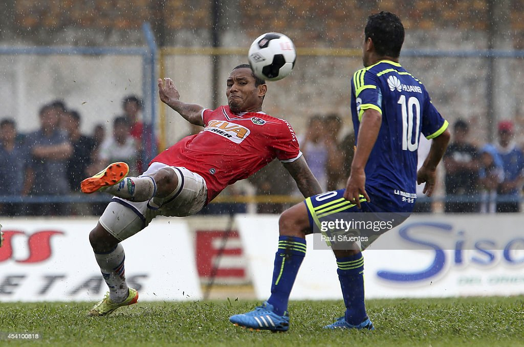 Renzo Sheput (R) of Sporting Cristal struggles for the ball with Jesus Chavez (L) of Union Comercio during a match between Union Comercio and Sporting Cristal as part of round 14 of Torneo Apertura 2014 at IPD de Moyobamba Stadium on August 24, 2014 in Moyobamba, Peru.