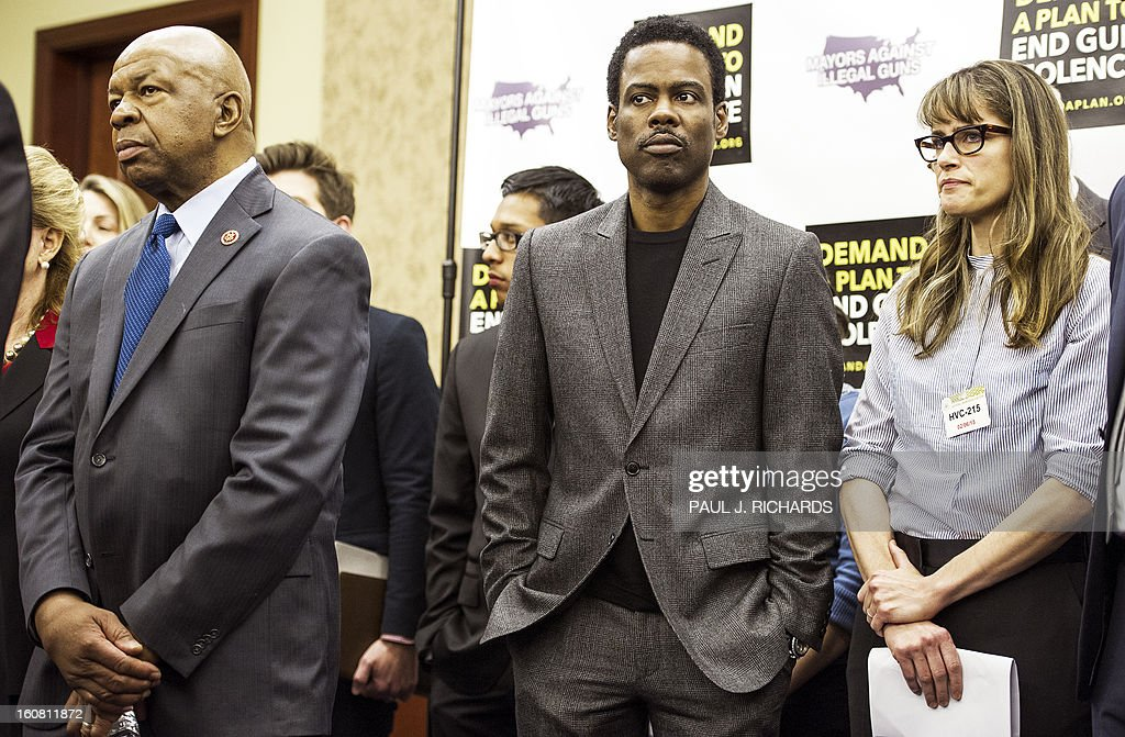 US Rep Elijah Cummings(L), Entertainer Chris Rock(C) and US actress Amanda Peet wait to deliver remarks at a press conference by Mayors Against Illegal Guns February 6, 2013 on Capitol Hill in Washington, DC. The group of various mayors, victims, entertainers, and political leaders, called for common sense proposals for gun violence prevention. AFP PHOTO/Paul J. Richards