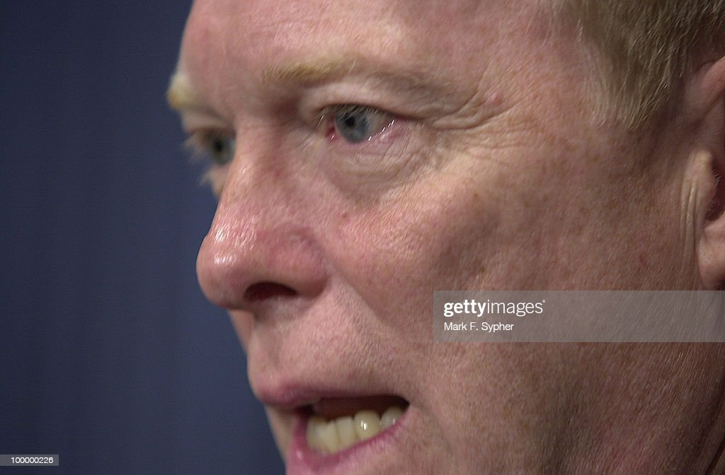 Rep. Richard Gephardt (D-MO) speaks to the press about the importance of federalizing airport and airline safety.