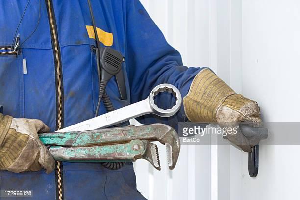 Mécanicien réparateur et à travailler avec ses outils.