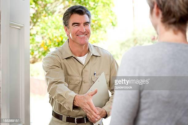Handwerker In Uniform Begrüßung Hausfrau
