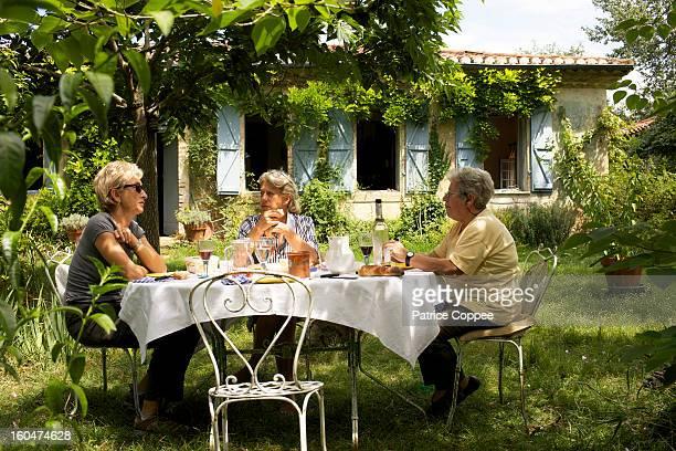 Repas champêtre de seniors