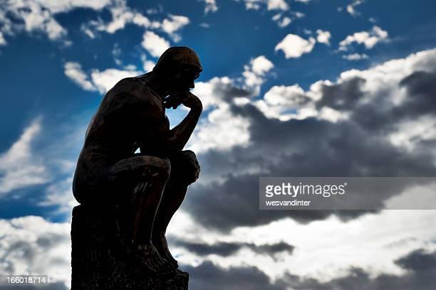 Réplique de Rodin Le Penseur de Rodin avec le ciel arrière-plan