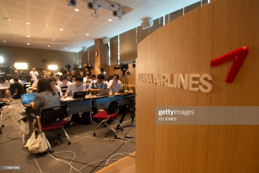 Reporters and television crews fill a room set up as a media centre at the Asiana Airlines headquarters building in Seoul on July 7, 2013. At least two people were killed and 130 injured when an Asiana Airlines Boeing 777 jet crashed and caught fire as it landed short of the runway at San Francisco International Airport. AFP PHOTO / Ed Jones