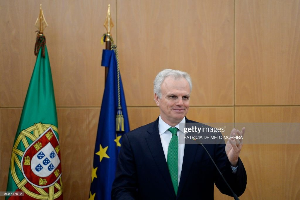 Representative of the Atlantic Gateway consortium, David Neeleman gestures during a press conference after the signing of the national airline TAP agreement at the Ministry of Planning and Infrastructure in Lisbon on February 6, 2016. Portugal's new Socialist government said Saturday it had lifted its stake in TAP to 50 percent from 39 percent in line with a manifesto pledge targeting re-nationalisation. AFP PHOTO / PATRICIA DE MELO MOREIRA / AFP / PATRICIA DE MELO MOREIRA