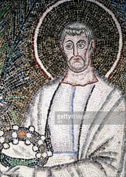 Représentation de saint Clément sur une mosaïque de la Basilique SaintApollinaireleNeuf à Ravenne Italie