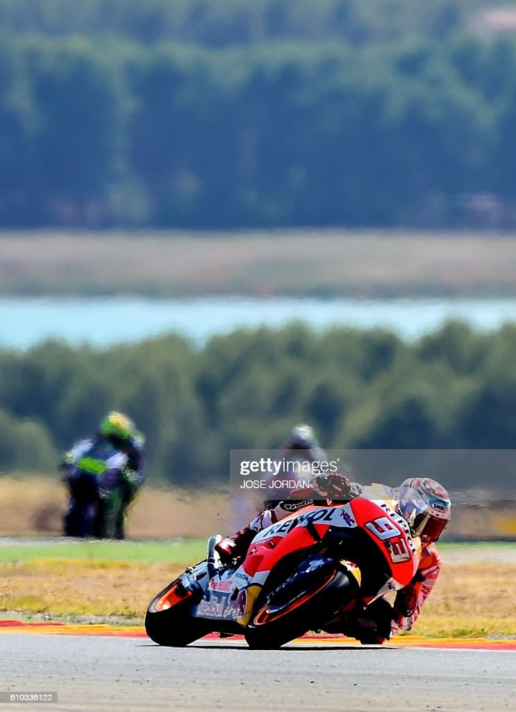 Repsol Honda Team's Spanish rider Marc Marquez competes to win the Moto GP race of the Aragon Grand Prix at the Motorland racetrack in Alcaniz on September 25, 2016. / AFP / JOSE